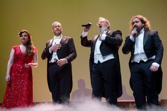 Wim Opbrouck naast Gert Verhulst,  Astrid Stockman en Flor Decleir op de SBS jaarvoorstelling 2020.