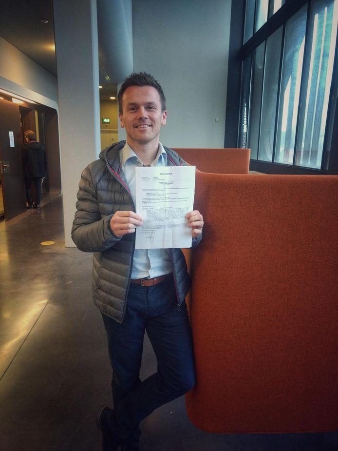 Stijn Martens, een van de 150 beklaagden gisteren, toont zijn dagvaarding. Hij vindt dat zo absurd dat hij er bijna mee moet lachen
