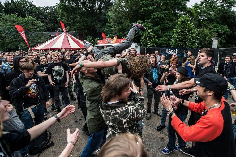 Een archiefbeeld uit 2013: bezoekers van Metal Fest gaan helemaal los in het Bouckenborghpark.