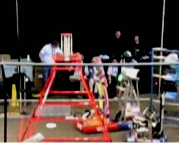 Robots op het speelveld aan de slag in North Carolina, waar de Nederlandse afvaardiging met onder meer Gymnasium Bernrode zich naar de finale van St. Louis streed.