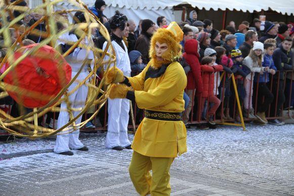 Typische Chinese taferelen in de carnavalsstoet. China kent nu het jaar van de aap.