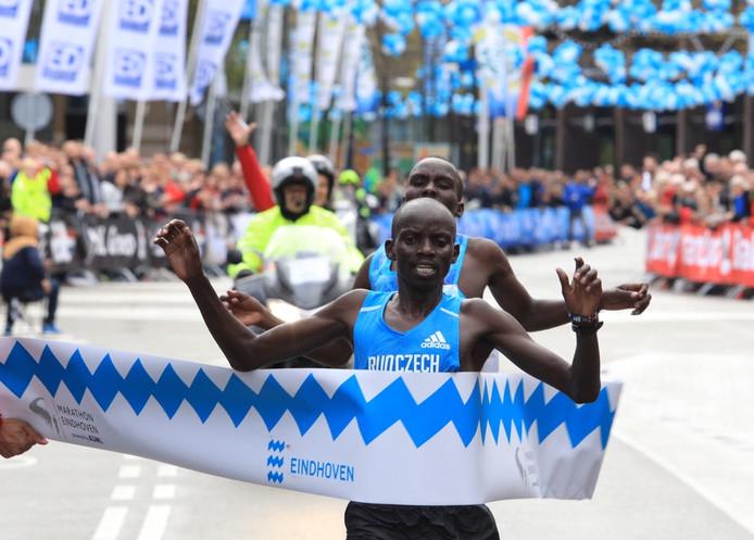 Festus Talam komt als eerste over de streep en schrijft de 34ste Marathon van Eindhoven op zijn naam.