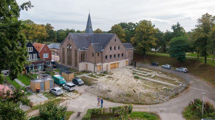 De verbouwing van de Oude Gereformeerde Kerk in Steenwijk ligt al een hele tijd stil.