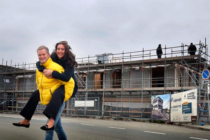 Tim en Fleur Valckenier bij hun 'Adeleck' aan de Schoonhovenseveer. Komende voorjaar moet het complex klaar zijn.