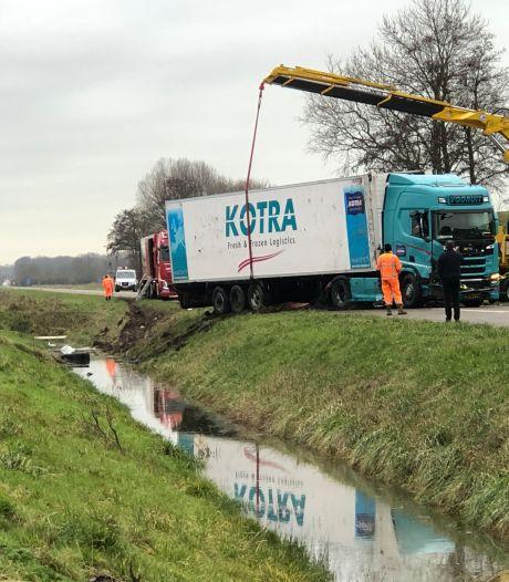 Hagelnieuwe vrachtwagencombinatie van Kotra in de sloot