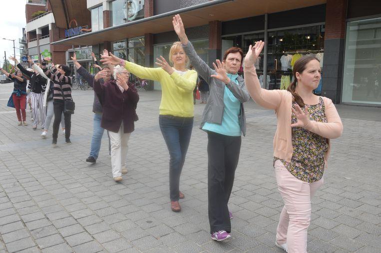 Enkele deelnemers aan de dansketting vorig jaar tijdens de Dag van de Dans.