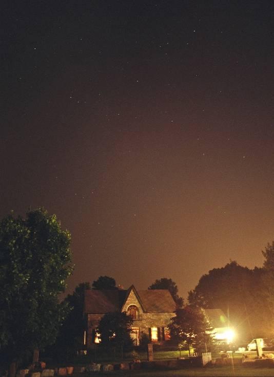 Un village éclairé artificiellement.