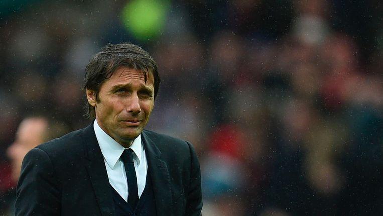 Antonio Conte, trainer van Chelsea, verlaat het veld na de nederlaag tegen het Manchester United van José Mourinho. Beeld afp