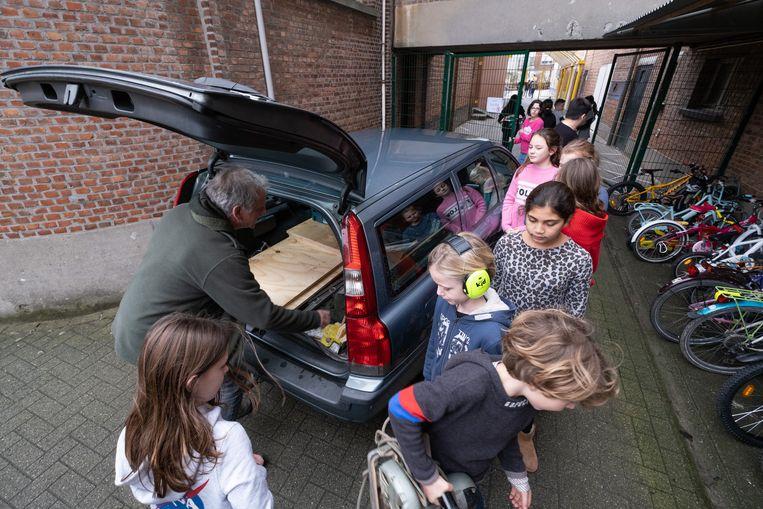 Enkele kinderen van Klim Op hielpen Eddy D'Huyvetter met uitladen.