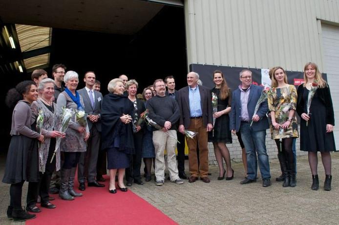 Koningin Beatrix bij het verlaten van de theaterlocatie in Wolfheze, temidden van de cast van 'Ongezien' en andere betrokkenen. foto Marc Pluim