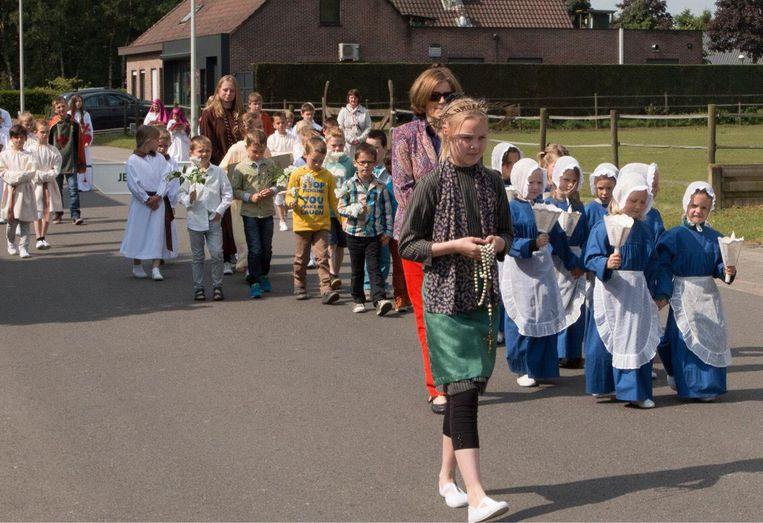 Ook heel wat kinderen nemen deel aan de jaarlijkse processie.