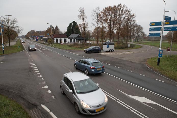 De kruising met de N35 bij Haarle. De coalitiepartijen in Provinciale Staten maken elkaar over en weer verwijten na het bezoek van gedeputeerde Bert Boerman aan minister Cora van Nieuwenhuizen van Infrastructuur en Waterstaat.