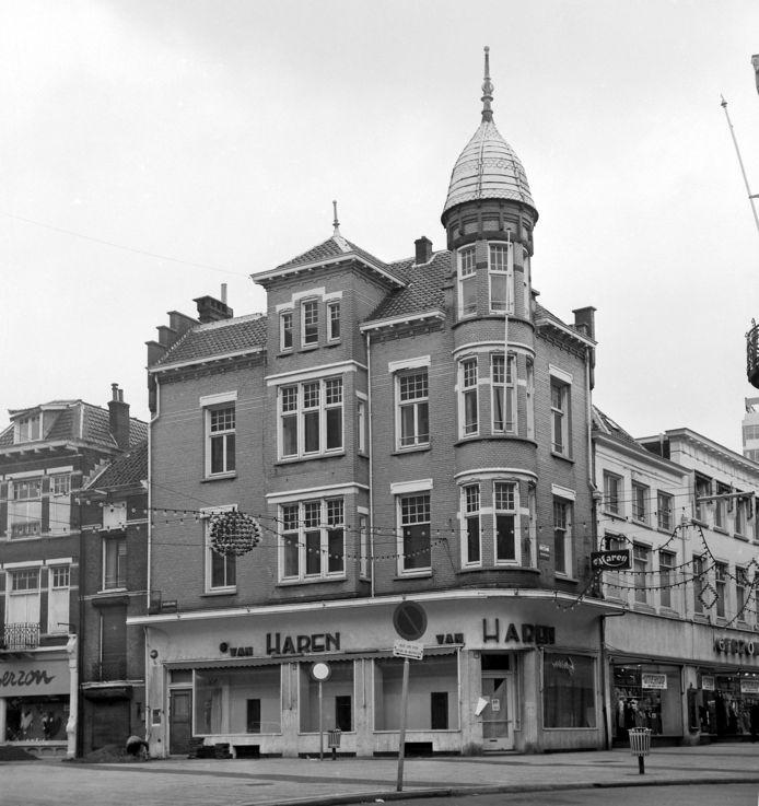 Winkelhuis op de hoek van de Roggestraat en de Bovenbeekstraat bij het Land van de Markt in Arnhem, op de plek waar nu een moderne winkel van Sting staat. Het winkelhuis is een ontwerp van architect J.C. Eich en gebouwd door de firma Mulder en Van Wessem in 1912. De foto dateert uit 1971, kort voor de afbraak.