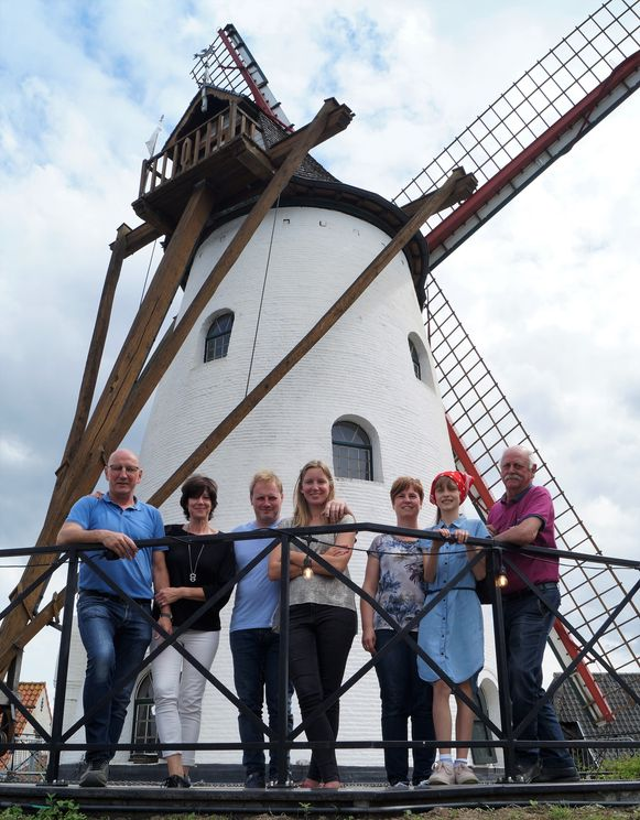 Elke Verstuyft en Laurent Dobbelaere van de Rysselendemolen in Ardooie samen met drie generaties van de molenaarsfamilie Wieme van de Knokmolen in Ruiselede.