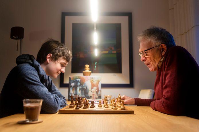 Oud-bestuurslid Eric de Winter speelt een potje schaak tegen jeugdlid Floris van Capelleveen.