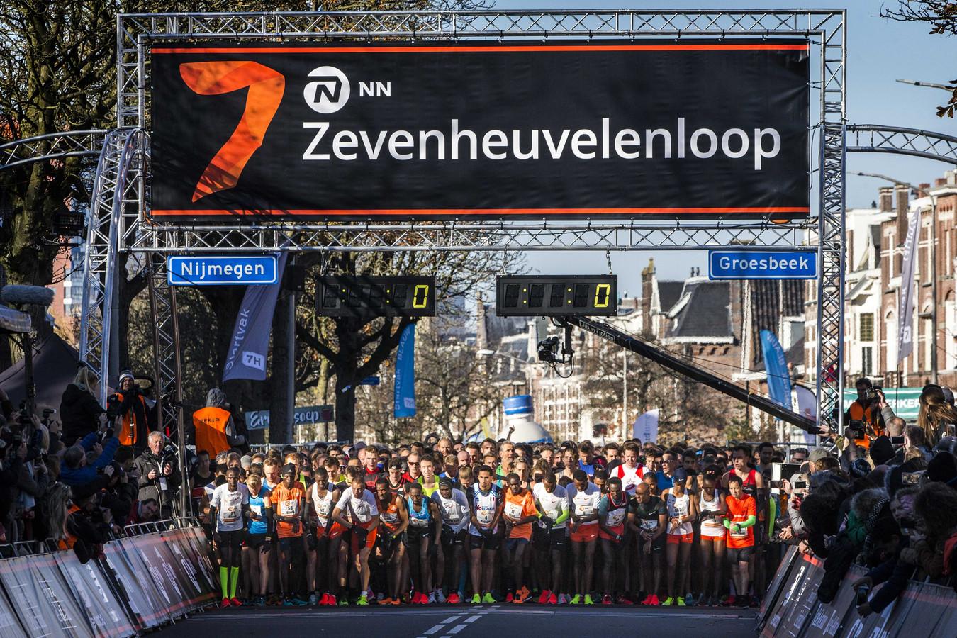 Sfeerbeeld van de start van de Zevenheuvelenloop vorig jaar.  De najaarsklassieker is dit jaar ook decor van het eerste Nederlandse kampioenschap Running Blind.
