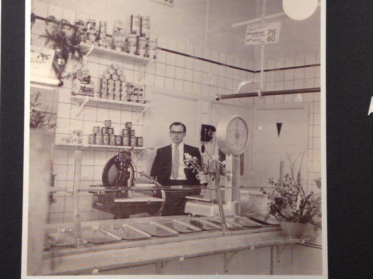 Vader Co in Slagerij Overdevest op het Mercator-plein in 1956 Beeld Privéarchief