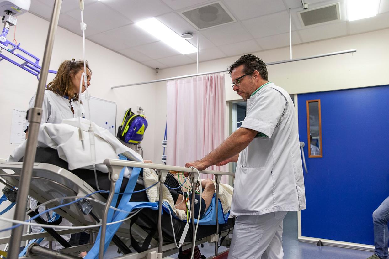 De spoedeisende-hulparts Albert Pol en verpleegkundige Myrna bij een patiënt op de eerste hulp in het Wilhemina Ziekenhuis in Assen. Beeld Harry Cock