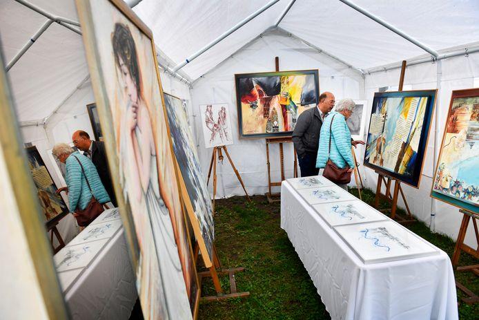 Bezoekers van het Drieoeverfestival 2018 in het atelier van Marjolijn Rigtering.