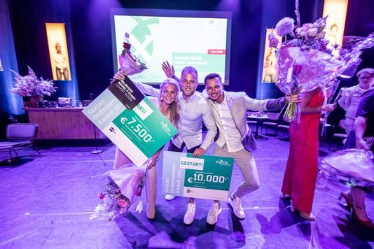 Bas Dijkhuis en Karel Kloeze van Brand Your Merch wonnen de Saxion Award bij de al gestarte bedrijven. Links Anouk Tanke.