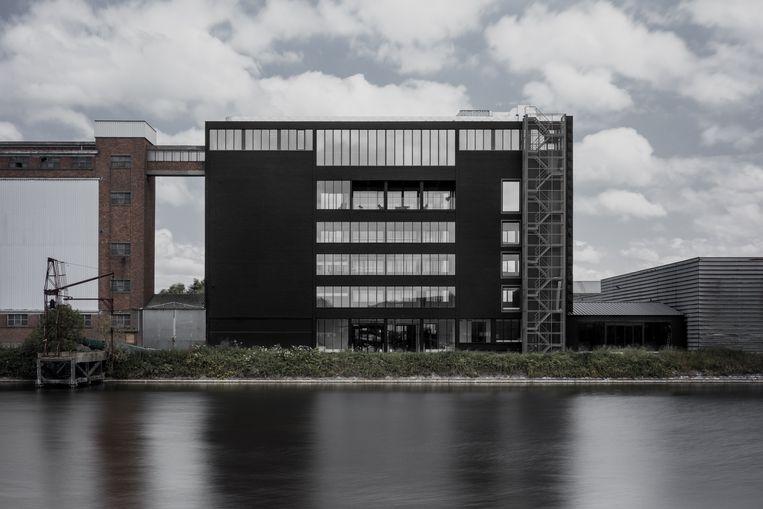 Het zwarte gebouw aan het Nijverheidsdok oogt speciaal.