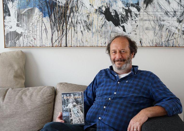 Peter Geelen met zijn autobiografie 'Bonusleven'.