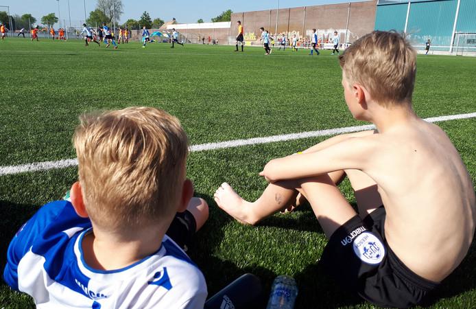 Lekker in blote bast kijkt deze HVCH-pupil naar zijn ploeggenoten, tijdens de wedstrijd tegen het Engelse Hessle Rangers.