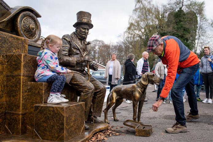 De levende standbeelden trekken veel bekijks. Zelfs dieren vervullen een rol. Aan het publiek is het om uit te zoeken wie en wat nu écht is of een standbeeld.