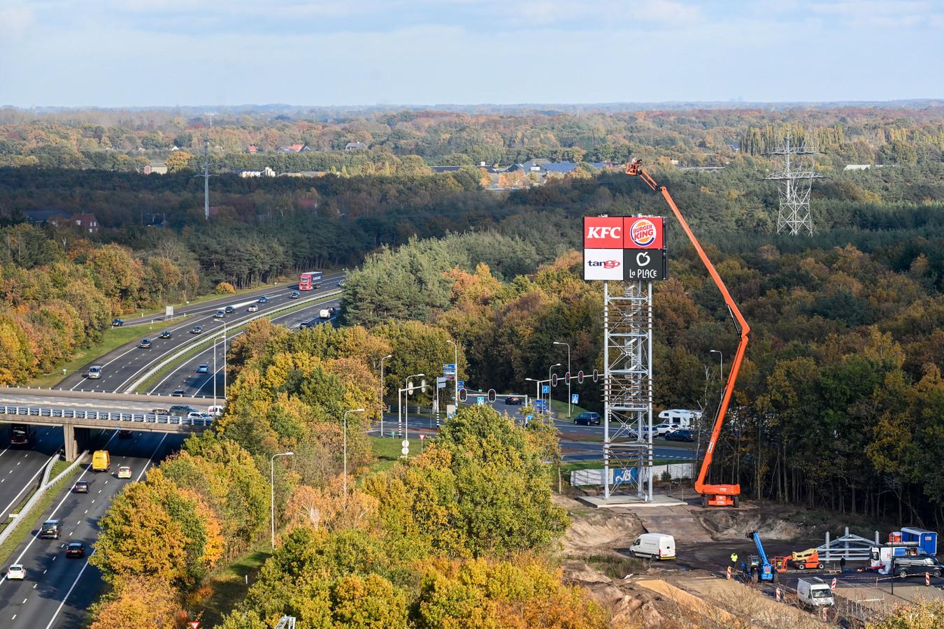 Vorige maand is de reclamezuil geplaatst langs de A28 bij Harderwijk.