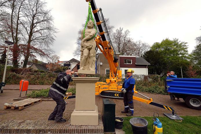 Het terugplaatsen van de twee herstelde beelden Hercules (op de foto) en Omphale bij de vijver in het Emile van Loonpark in Roosendaal. Foto Pix4Profs/Peter van Trijen,