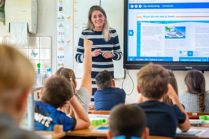 Iris Kleintjes geeft les aan groep 6 van de Jozef Sartoschool .