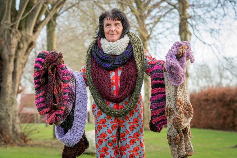 Annie Verschuere zette zich dit jaar extra in voor het goede doel en breidde liefst 240 sjaals.