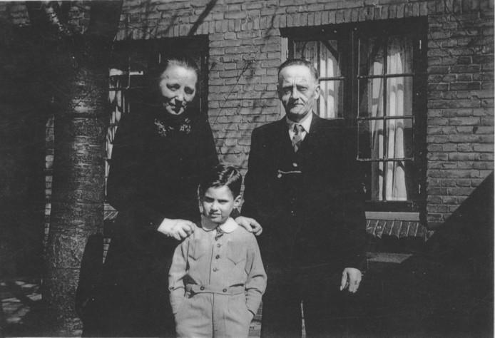 Miel Andriesse en Carel en Ella Verhees die hem in hun gezin lieten onderduiken.