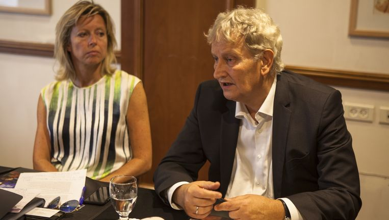 Wethouder Kajsa Ollongren en burgemeester Van der Laan tijdens een persconferentie in Tel Aviv Beeld Edmee van Rijn