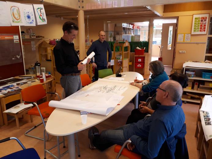 Ontwerper Jan Albert van Buuren (links) van de gemeente Apeldoorn in gesprek met buurtbewoners over de opknapbeurt voor de Dreven - Noord.