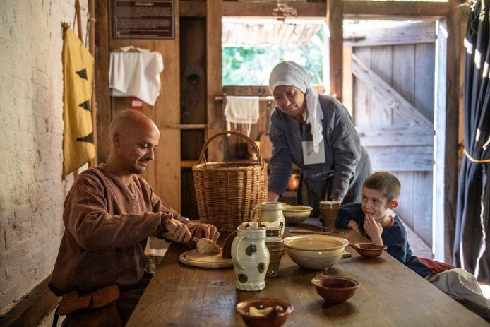 Vader Maxime Galiechet en zijn 6-jarige zoon Ruben uit Amsterdam zijn op vakantie in het Archeon en worden geïnformeerd door gids Linde.