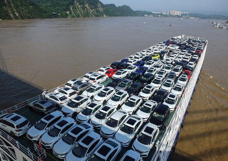 Met name in de auto-industrie is veel en goed betaald werk voorhanden. Een vrachtschip op de rivier de Yangtze vervoert een complete lading nieuwe wagens. Beeld AFP