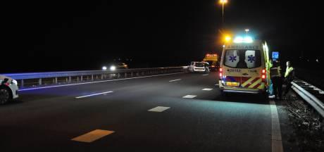 Drie auto's botsen en belanden in vangrail op A59 bij Waalwijk, weg is weer open