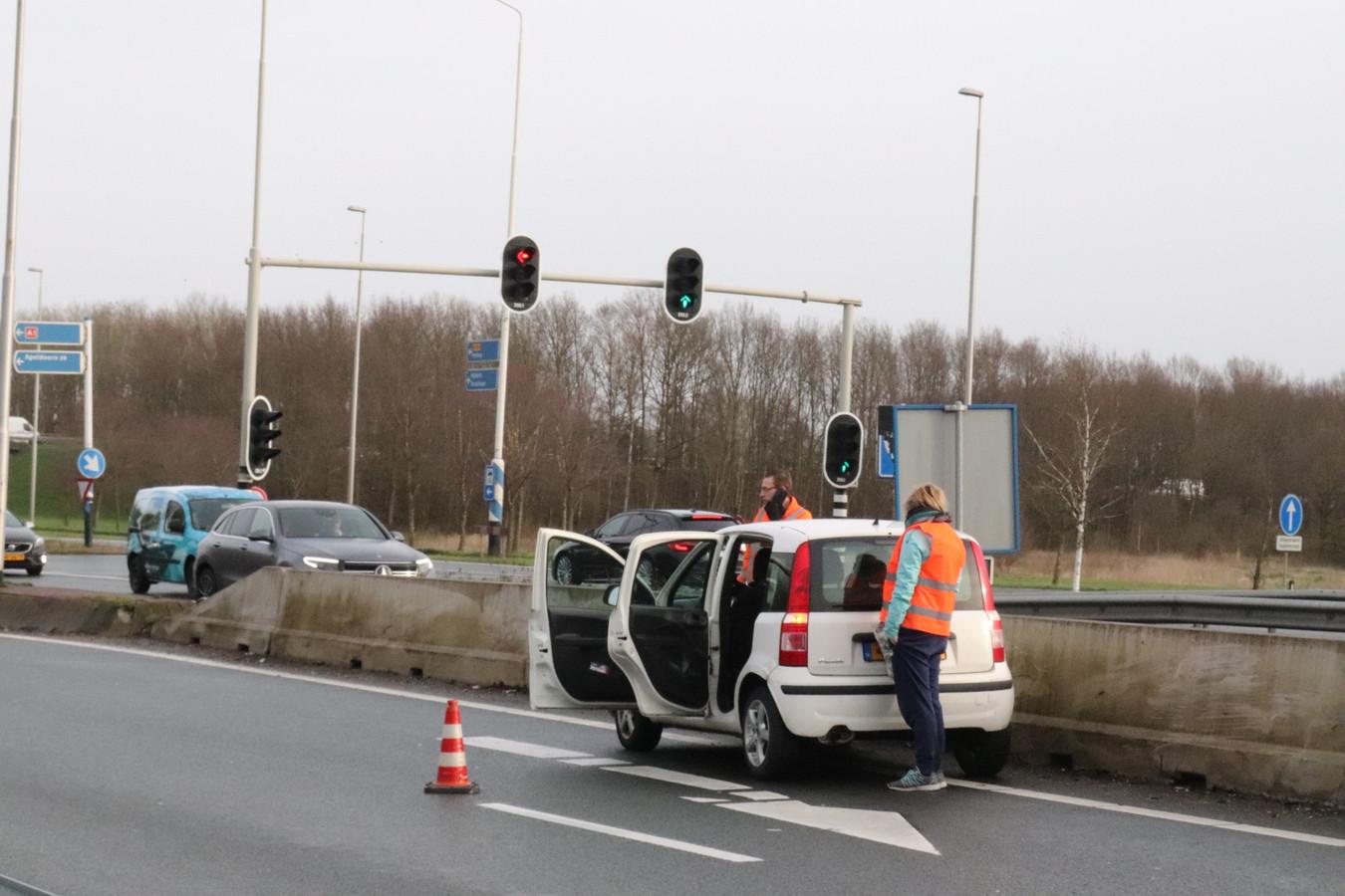 De gecrashte auto bij de oprit naar de A30.