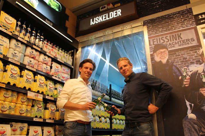 Niek (l) en Tijn Leussink voor de 'ijskelder' in de nieuwe supermarkt.