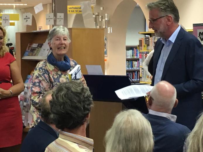 Annego Hogebrink (links) ontvangt het eerste exemplaar uit handen van Jos Straathof (rechts).