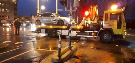 Beschadigde auto staat uren verlaten op kruising in Almelo