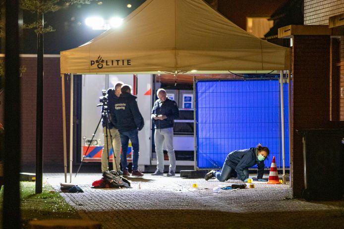 De politie doet onderzoek aan de Hoptille in de Bijlmer waar Shaquille Goedhart om het leven kwam.