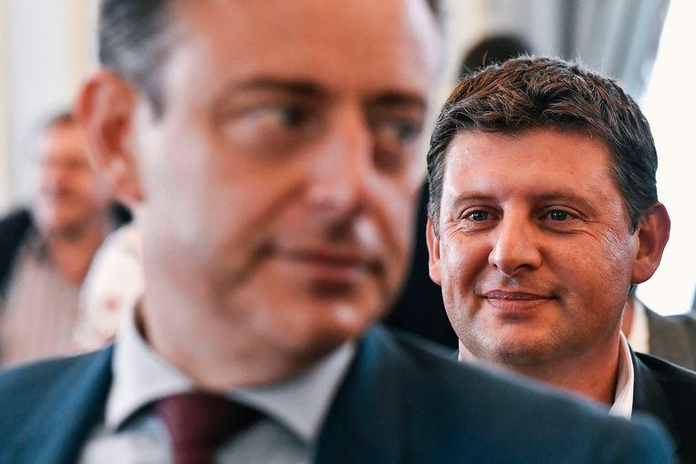 Sp.a-voorzitter John Crombez met N-VA-voorzitter Bart De Wever in de voorgrond.