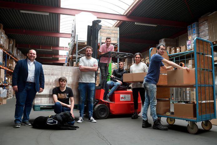 Bij bedrijf Looma verpakkingen in Roosendaal werken met mensen met rugzakje. Links directeur Robert Breedveld, midden (wit T-shirt) Pieter Dekker.