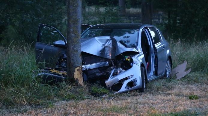 Het wrak van de auto van Tynni nadat ze op de kei was gebotst.