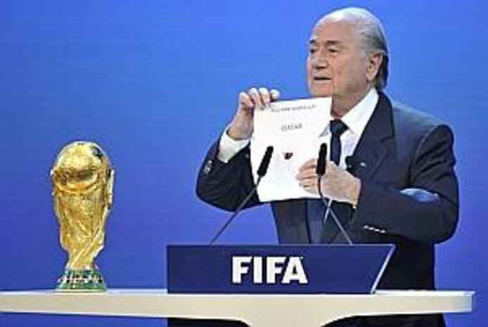 FIFA-president Joseph Blatter maakt bekend dat Qatar in 2022 het wereldkampioenschap voetbal mag organiseren.
