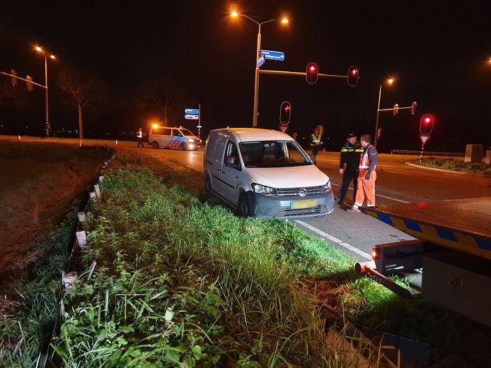 De witte Volkswagen Caddy van de verdachte die betrokken zou zijn bij het doodrijden van een 42-jarige Wijchenaar.