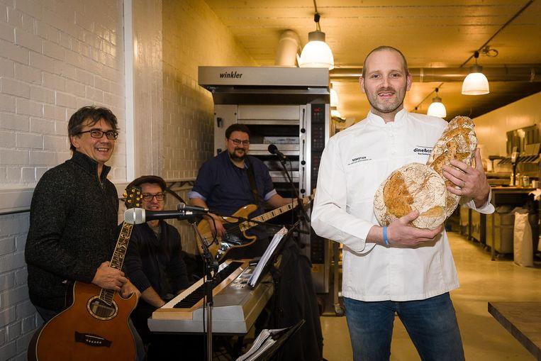 Sebastien Cailliau met de muzikanten in zijn bakkerij 'Le Pain de Sebastien'.