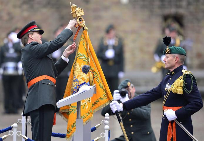 Koning Willem Alexander reikt de Willems-Orde uit aan het Korps Commandotroepen.